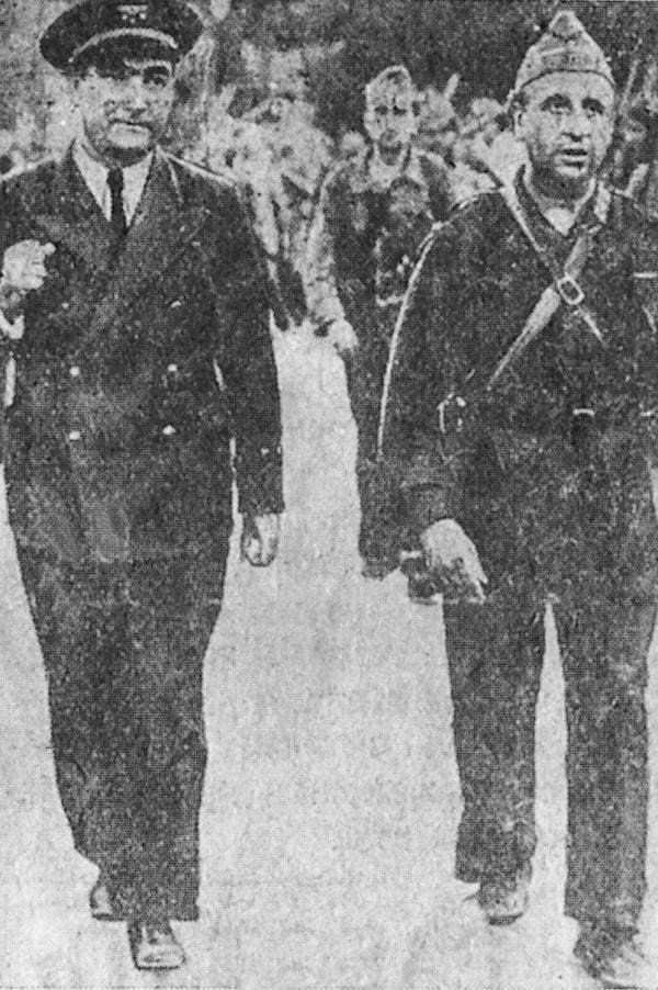 Desfilando con la columna catalana Libertad por las calles de Madrid antes de salir para el frente. De izquierda a derecha, el capitán A. Bayo y el comisario Virgilio Llanos