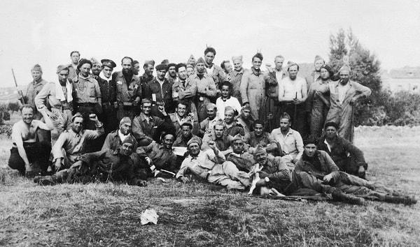 La dedicatoria de esta fotografía dice: Al camarada Virgilio Llanos, comisario de la columna Libertad del PSU-UGT en memoria de la centuria italiana Gastone Sorri. Giovannini Spartaco. La foto está hecha en Pelahustán en septiembre de 1936