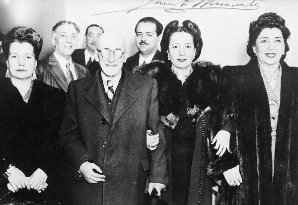 En el centro Don Jacinto Benavente, premio Nóbel. A su derecha Paquita Más y Lola Membrives. 4 de octubre de 1945, día del Santo de Paquita