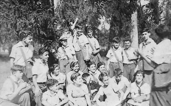 En un frondoso bosque de la región de Leningrado un grupo de niños españoles de la casa Nº 8 aprende durante las vacaciones de verano a utilizar las caretas antigás