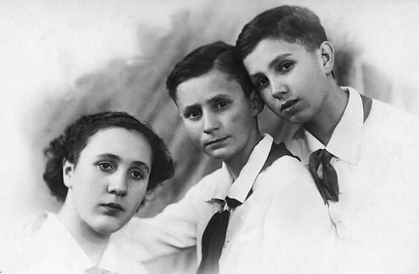 En la foto, de izquierda a derecha, Carmen, Carlos y el autor. Leningrado, 1941