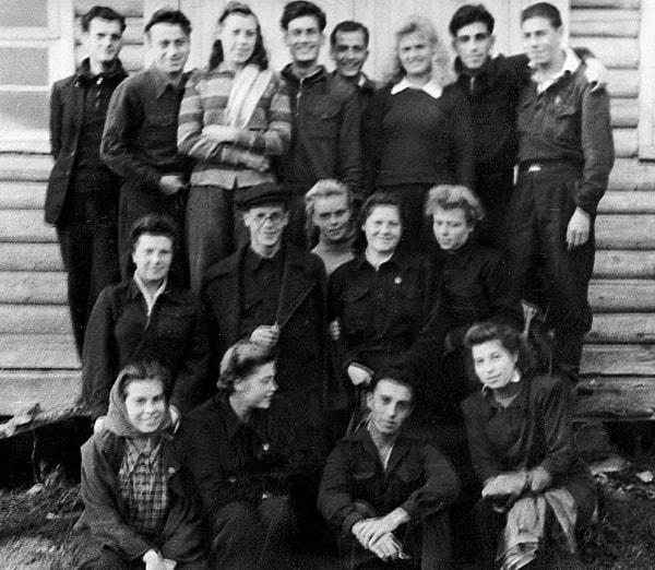 1948. Un grupo de recogedoras de patatas rusas y de cargadores españoles