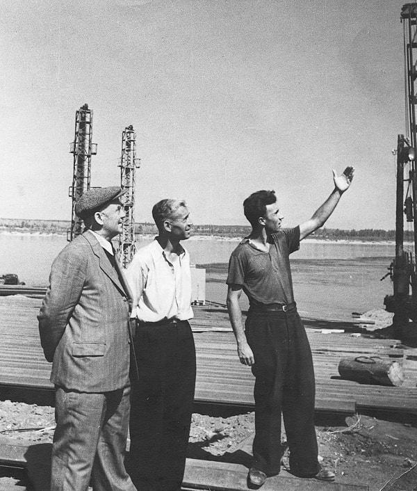 El Ingeniero Jefe de la Construcción coronel Sháposhnikov, el jefe del sector capitán Cherviakov y el autor analizan la situación en la construcción de la ataguía