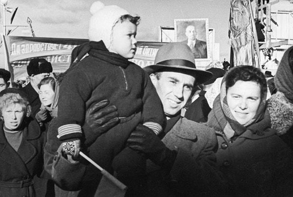 Virgilio de los Llanos Más con su familia en una manifestación en conmemoración del aniversario de la Revolución Socialista de Octubre