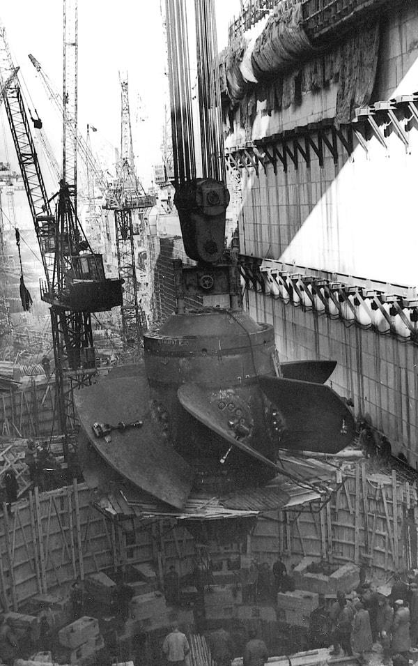 Montaje de la primera turbina de la hidroeléctrica de Kúibyshev