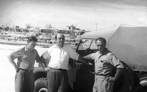 Los asesores soviéticos de la construcción de la termoeléctrica de Mariel, ingenieros Vasiliy Barkún y Yuri Anúfriev, con el autor del libro