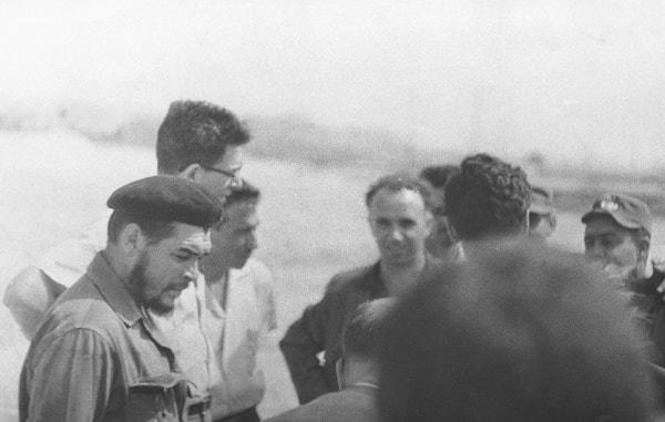 El Comandante Ernesto Che Guevara con un grupo de especialistas cubanos y soviéticos. De cara a la cámara - el autor del libro