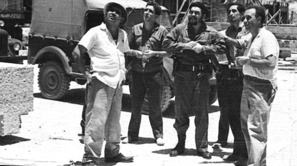 De izquierda a derecha, un montador de piezas prefabricadas, el ingeniero mecánico hispano-soviético Antonio, el Comandante Ernesto Che Guevara, Enrique Zamorano y el autor del libro