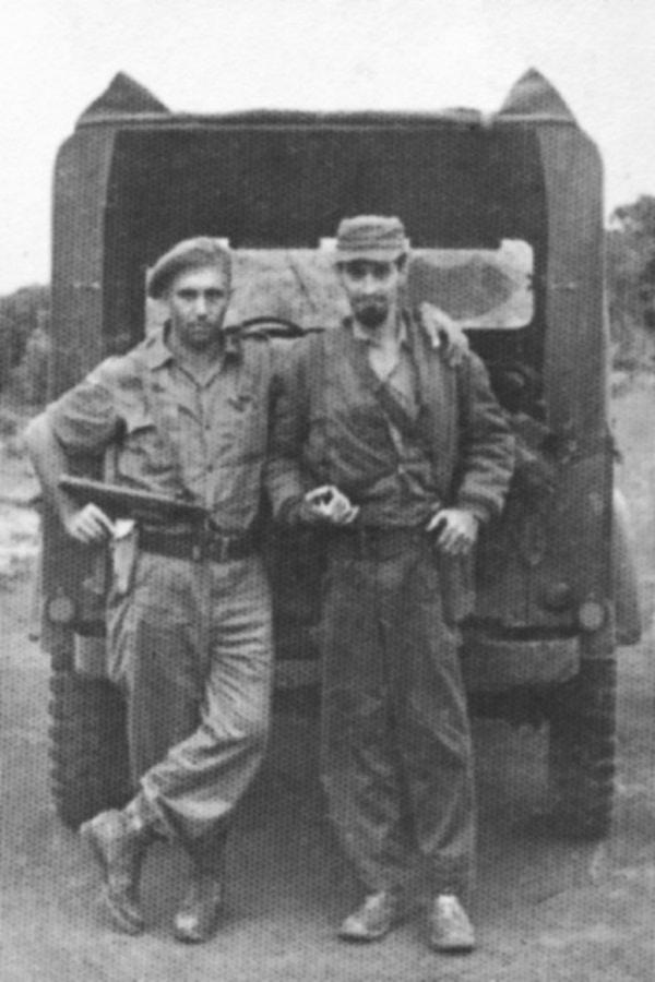 De derecha a izquierda, Enrique Zamorano, el responsable de la construcción de la termoeléctrica de Mariel en Cuba, y el autor del libro durante los días de la Crisis de Caribe vestidos de uniforme militar