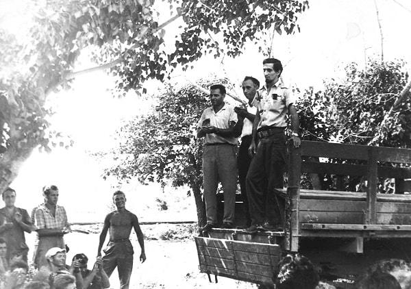 En la tribuna, de izquierda a derecha Pável Serguéev, el autor y Enrique Zamorano
