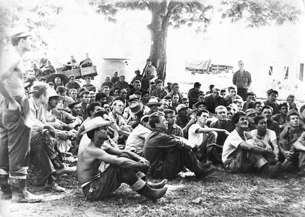 Un grupo de marinos soviéticos y obreros cubanos de la termoeléctrica en el mitin