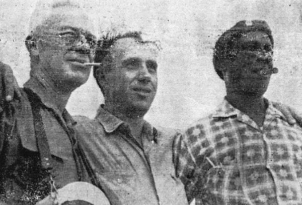 De izquierda a derecha: Karmén, el autor del libro y Máximo Terry, de la Sección Sindical de la construcción de la Termoeléctrica de Mariel