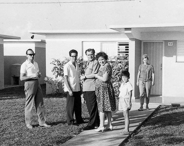 En el centro, el asesor del Juceplan de Cuba Gueórgui Sheviakov con su esposa Nina y el ingeniero español Ricardo Sevil; a la izquierda el traductor Yuri Belov y, a la derecha, el pequeño Federico Reinosa