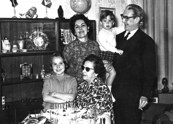 1968. Pepín y Consuelo con su hija Julia y sus nietos Julita y José Antonio