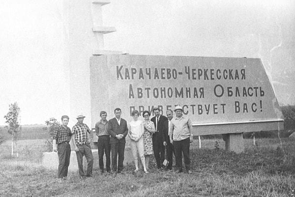 El escrito en el monumento del linde administrativo de la región autónoma de Karachaevo-Cherkessia anuncia que ésta saluda a sus visitantes
