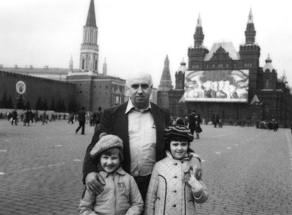El autor con sus nietas el 1º de mayo de 1983 en la Plaza Roja de Moscú