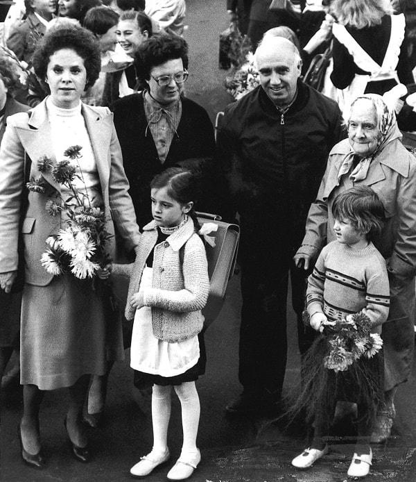 Ksenia comienza sus estudios. La acompañan, de izquierda a derecha, María, Inna, el autor, Klavdia y Nástenka, 1983