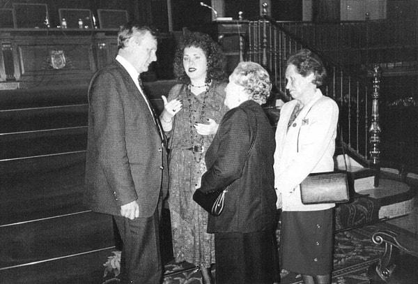 Después de la condecoración. De izquierda a derecha: A. Sobchak, María y Carmen de los Llanos y Aurina Allen