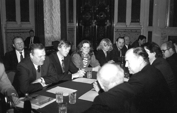 De cara a la cámara: los Señores Sobchak, Chubais, Ponidelko y otros diputados. De perfil a la cámara: Don Luis Font de Mora y otros miembros de la delegación valenciana
