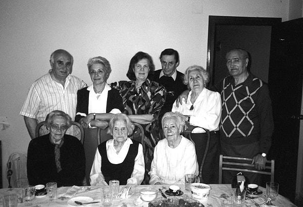 Sentadas a la mesa, las tres madres: de derecha a izquierda Francisca, Klavdia e Isabel. De pie, los tres hermanos -