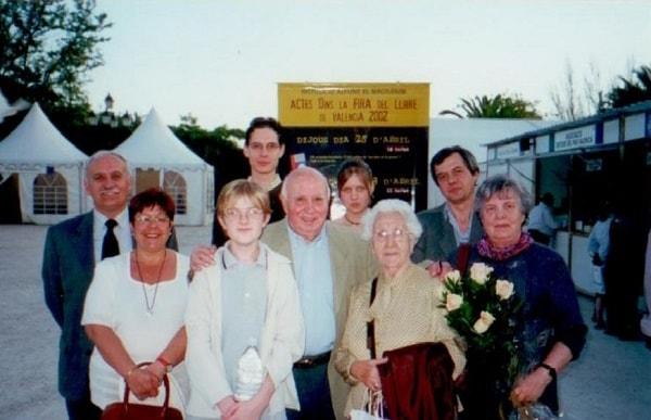 Члены семьи после представления книги автора на испанском языке